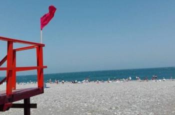 ბათუმში, ზღვის სანაპიროზე წითელი ალმებია აღმართული – ზღვაში ბანაობა არ შეიძლება